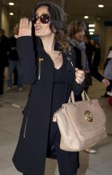Сэльма Хаек, фото 3460. Salma Hayek arrives at Charles de Gaulle airport Paris, february 28, foto 3460